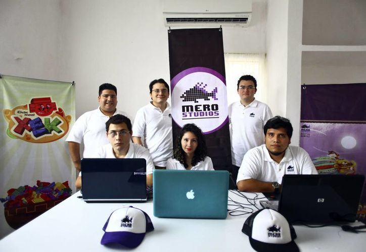 Los jóvenes emprendedores ofrecen videojuegos basados en personajes de la cultura maya. (Milenio Novedades)