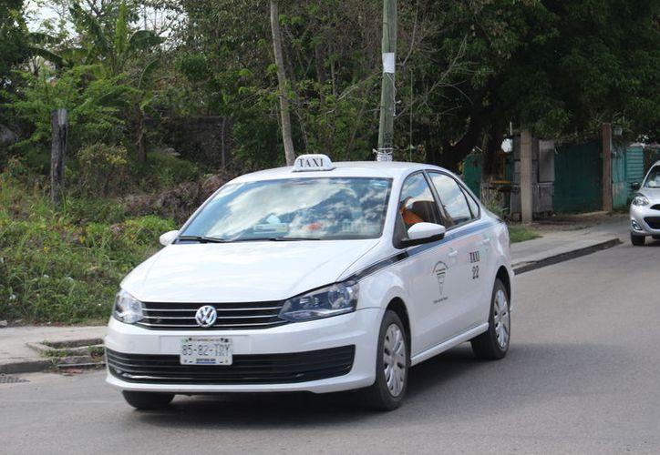 Anualmente a los taxistas se les realiza una revisión general; si tienen irregularidades, la sanción pude ser de 100 a 800 salarios mínimos. (José Chi/SIPSE)