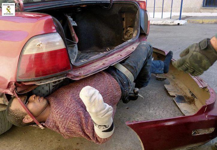 Al hombre solamente lo protegía la endeble estructura plástica de la defensa trasera del automóvil. (EFE)