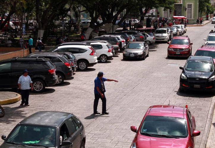 'El que llegue primero gana su lugar', asegura uno de estos 'trabajadores', que viven de propinas y servicios adicionales. (Jorge Acosta/Milenio Novedades)