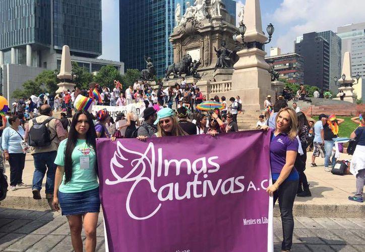 Ari Vera Morales (d), presidenta de la asociación Almas Cautivas, durante una marcha de la comunidad Lgbttti en la Ciudad de México.(facebook.com/Almas-Cautivas-A-C)