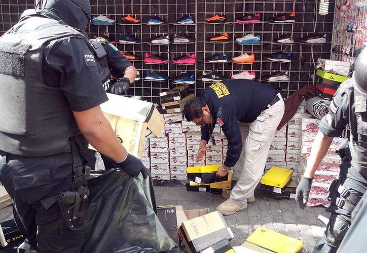 La Policía Federal Ministerial barrió con toda la mercancía pirata del centro de Mérida. (Milenio Novedades)