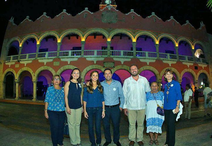 El alcalde Mauricio Vila Dosal encabezó el encendido en azul del Palacio Municipal de Mérida, como parte de la campaña preventiva contra la diabetes. (Milenio Novedades)