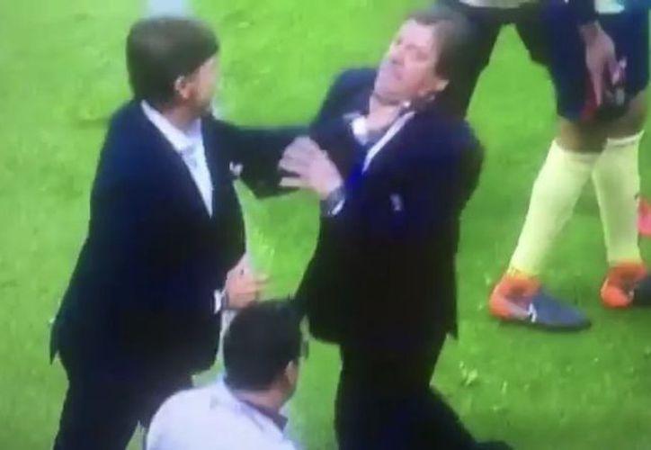 La pelea entre Miguel Herrera y Hernán Cristante se registró en las instalaciones del Estadio Azteca. (Captura de pantalla)