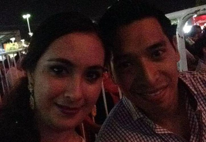 Pamela y José Jhonatan se tomaron la clásica 'selfie', luego de la propuesta matrimonial, en el show de Coca Cola, en en árbol de Navidad, en el norte de Mérida. (Facebook/pamelaalejandra.munozvictoria)