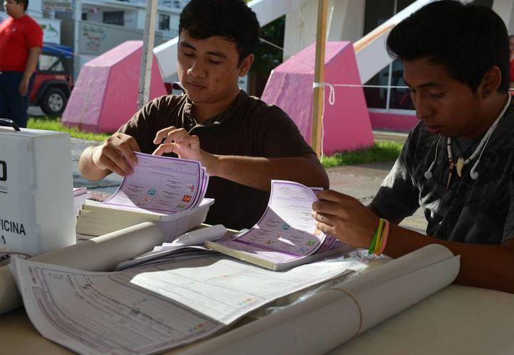 Funcionarios de casilla en el inicio de las votaciones. (Gustavo Villegas/SIPSE)