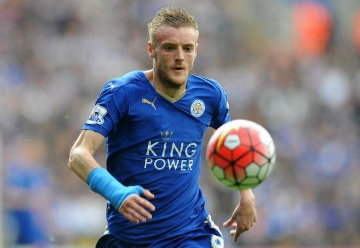 A pesar de los rumores que indicaban la transferencia de Jamie Vardy al Arsenal, este jueves se informó de la ampliación de su contrato con el Leicester. (AP)