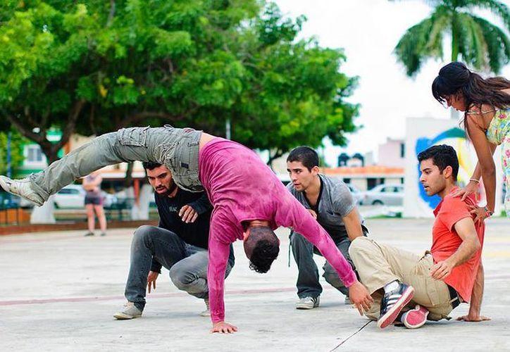 La obra presenta frases de autores que hacen referencia al movimiento. Imagen del grupo dancístico en un parque público. (Milenio Novedades)