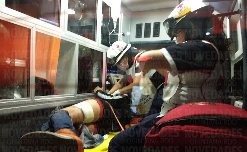 El lesionado fue atendido por paramédicos de la Cruz Roja y trasladado al nosocomio. (Foto: Redacción/SIPSE)