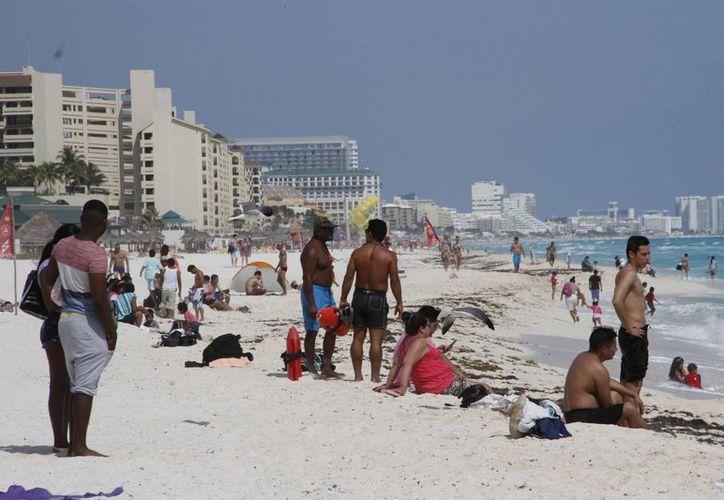 Bañistas aprovecharon el fin de semana largo en Cancún. (Tomás Álvarez/SIPSE)