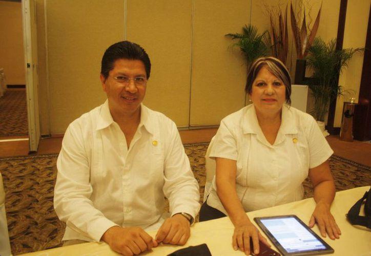Guillermo Salgado Castañeda y Laura Zapata Castillo, titulares del sector inmobiliario. (Loana Segovia/SIPSE)