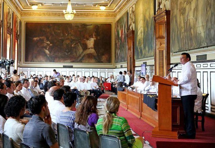 El Gobernador inauguró el simposio 'La arquitectura maya y su influencia en la arquitectura contemporánea', en el Salón de la Historia del Palacio de Gobierno. (Cortesía)