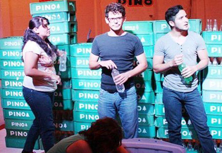 Jóvenes integrantes del colectivo Murmurante Teatro que se presentan en el Olimpo con la obra Sidra Pino. Vestigios de una serie. (Milenio Novedades)