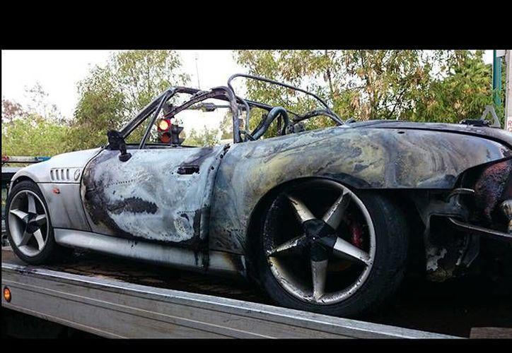 Vecinos dieron aviso a las autoridades sin saber que dentro del auto que se incendiaba había una persona. (excelsior.com.mx)