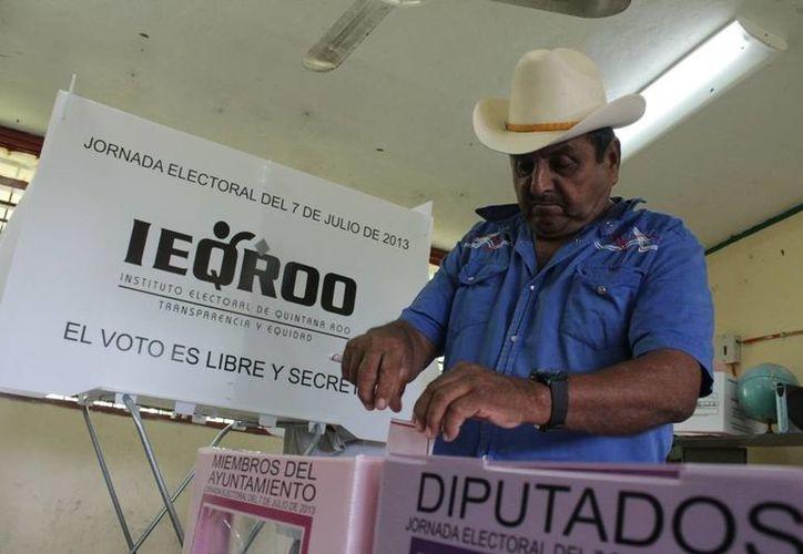 Ciudadanos realizan su sufragio de manera normal. (Edgardo Rodríguez/SIPSE)