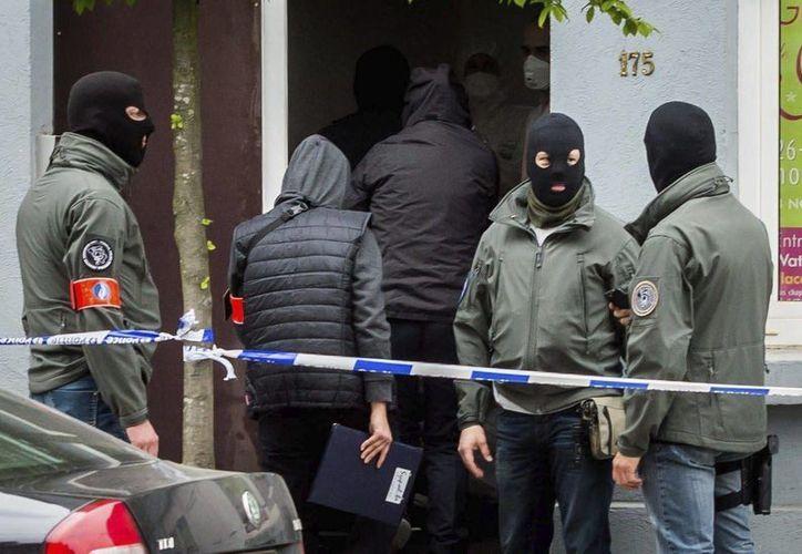 Agentes de policía participan en una operación de búsqueda vinculada a los atentados de París, en Bruselas, Bélgica, el 12 de abril de 2016. (EFE)