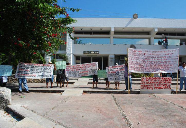 Los trabajadores del volante realizaron una manifestación frente a Palacio de Gobierno. (Tomás Álvarez/SIPSE)