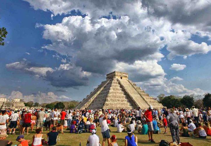 Chichén Itzá es el área prehispánica más visitada en la entidad. Imagen de un día de equinoccio en la zona arqueológica. (Milenio Novedades)