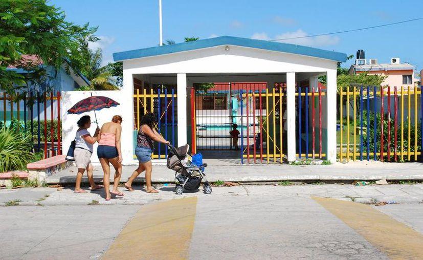 Los padres que estén conformes con la escuela tienen que presentar la cédula en el plantel educativo. (Tomás Álvarez/SIPSE)