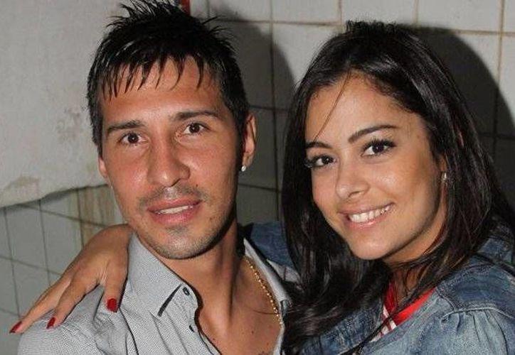 Los asaltantes intentaron secuestrar a Larissa Riquelme (d), aunque al final sólo se llevaron cámaras, teléfonos, dinero y joyas de los participantes en la fiesta de cumpleaños de la madre del futbolista de River Plate, Jonathan Fabbro, novio de la modelo. (hoy.com.py)