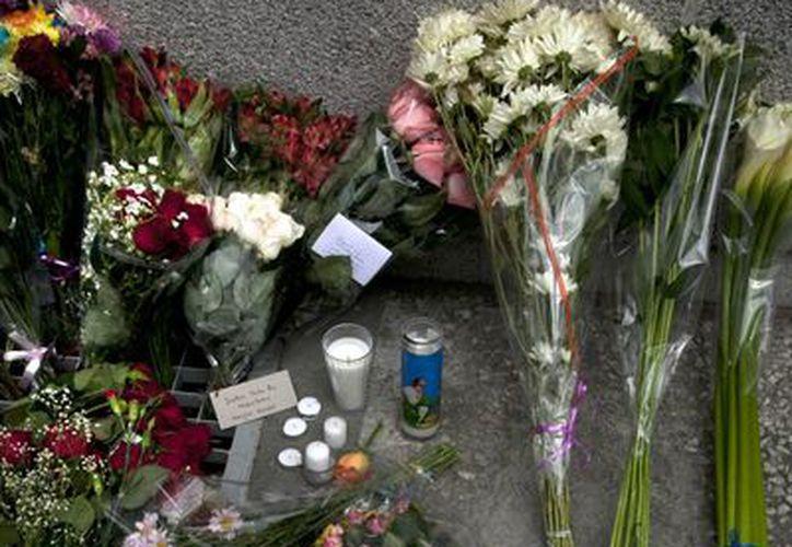 Se confirma que dos mexicanas murieron en los ataques terroristas de este viernes en París. En esta foto, mensaje de apoyo sobre la bandera mexicana afuera de la Embajada de Francia en México. (AP)