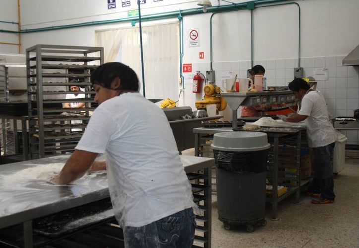 Los panaderos trabajan para elaborar roscas de reyes de diferentes tamaños y precios. (Rossy López/SIPSE)