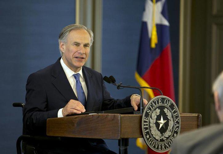 El gobernador de Texas, Donald Trump, ha pedido facultades para retirar del cargo a cualquier funcionario electo que se niegue a aplicar las normas federales de migración. (Agencias/AP)