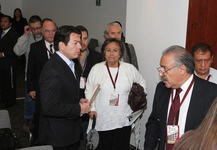 Víctimas del fraude de Ficrea en reunión con Mario Delgado Carrillo, senador del PRD. (Notimex)