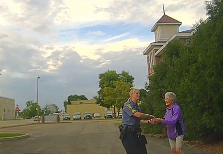 El sargento Kim Lenz circulaba por las calles de Austin, Texas, cuando vio algo inusual: una mujer mayor bailando sola en la calle. (Captura Facebook).
