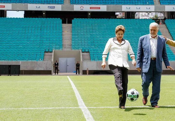 Rousseff (i) y el gobernador de Bahía, Jacques Wagner (d), al inaugurar el Arena Fonte Nova, en Salvador. (EFE/Presidencia de Brasil)