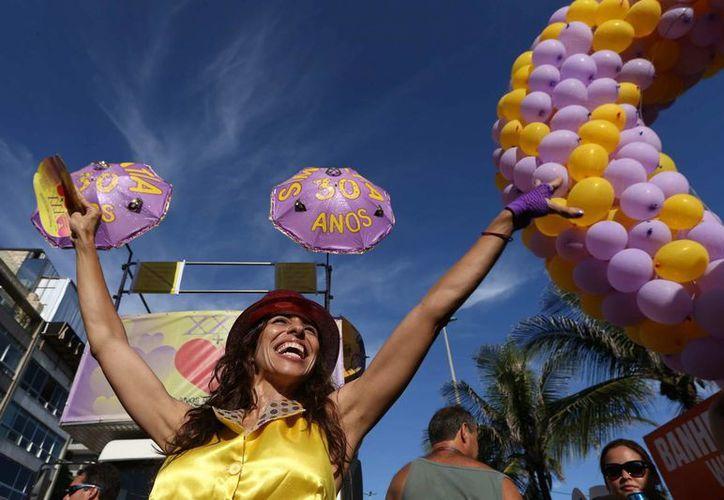 Cientos de danzantes desafiaron el calor de Río para arrancar la fiesta de la carne. (EFE)