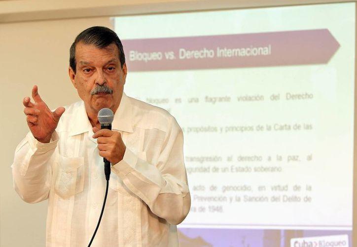 El vicecanciller cubano, Abelardo Moreno, habla ante la prensa sobre el reporte de los efectos del bloqueo de EU a la isla. (EFE)