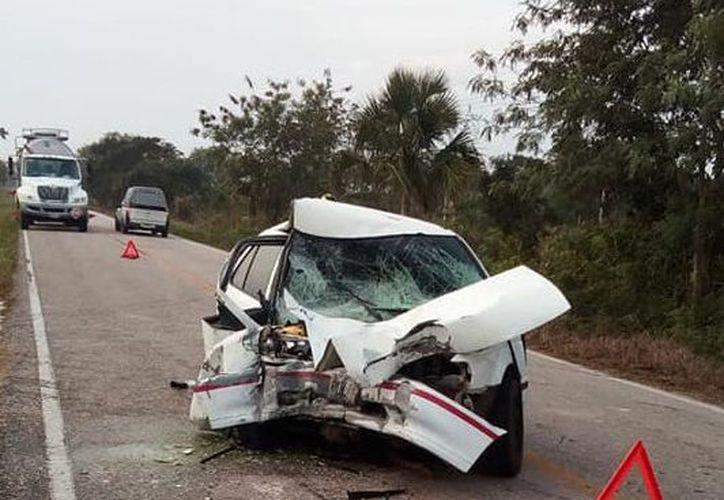 El frente del coche quedó totalmente destrozado. (El noticiero del oriente)