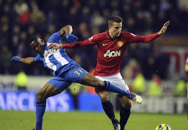 El holandés Robin van Persie (c) ganó con el Manchester United el primer título de liga en su carrera. (EFE)