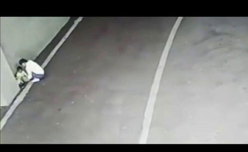 El bebé empezó a buscarla con la mirada y al no encontrarla, gateó hasta la carretera. (Foto: Captura del video)