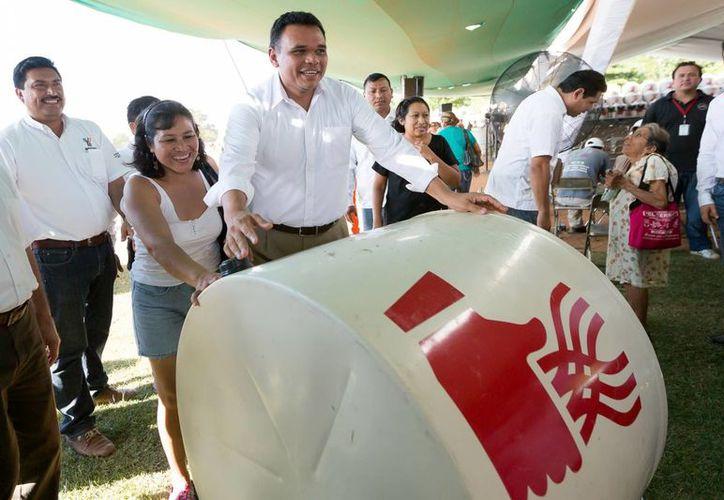 La entrega de tinacos en Umán y Hunucmá, presidida por el gobernador Rolando Zapata, forma parte del Programa para el Desarrollo de Zonas Prioritarias. (Milenio Novedades)