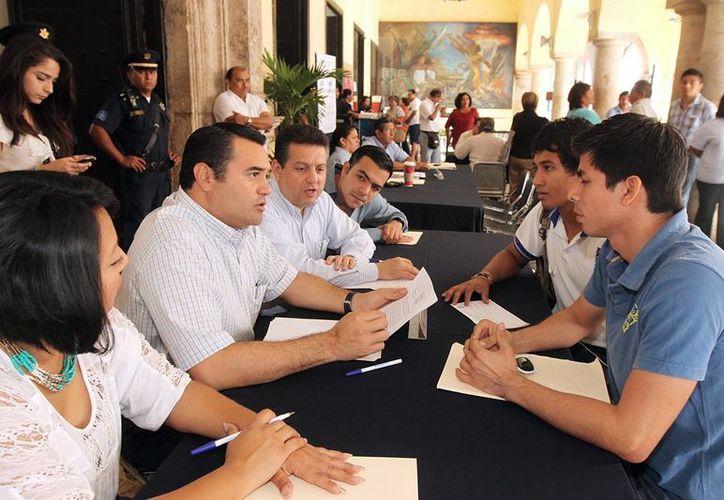"""El alcalde Renán Barrera Concha, directores y regidores atendieron a 291 personas durante el """"Miércoles Ciudadano"""". (SIPSE)"""