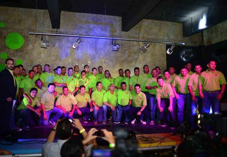 La plantilla de los Leones de Yucatán, en su presentación oficial anoche, en conocido restaurante del norte de la ciudad. (Luis Pérez/SIPSE)