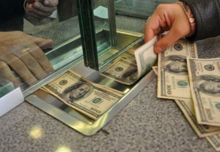 El dólar estadounidense recuperó terreno frente al peso mexicano, este martes. (Dominio FM)