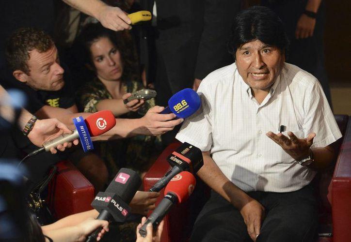 El presidente boliviano, Evo Morales, atiende a la prensa en el aeropuerto de Viena, Austria. (EFE)