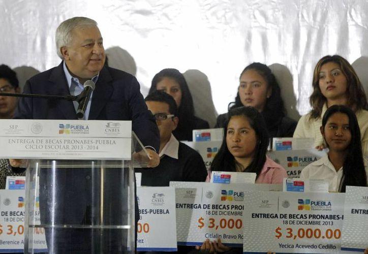 """El Secretario de Educación Pública, Emilio Chuayffet Chemor, al entregar becas """"PRONABES Puebla Ciclo Escolar 2013-2014 en días pasados. (Archivo/Notimex)"""