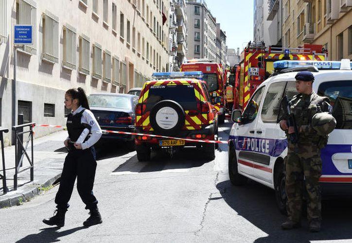 Armas cortas y largas, y material para explosivos fueron hallados en los registros que se efectuaron después de la detención  de dos hombres. (Foto: AFP/Boris Hovart)