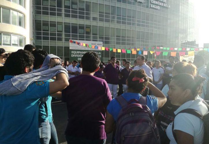 Los estudiantes mostraron carteles que rechazaban los abusos y en los que se leían: 'No más humillación', 'Queremos una respuesta', entre otros. (Joel Zamora/SIPSE)