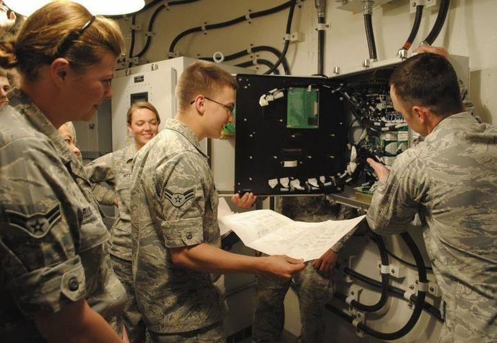 Ingenieros inspeccionan el sistema del Ala de Misiles 341 de la base aérea de Malmstrom (Montana), EU. (EFE/Archivo/Fuerza Aérea Estadounidense)