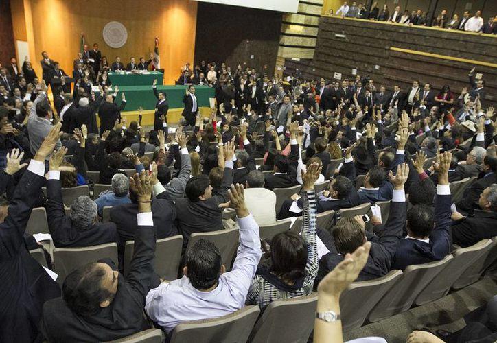 Legisladores del PRI, PAN, Partido Verde y Nueva Alianza están presentes en la sesión en la sede alterna. (Notimex)