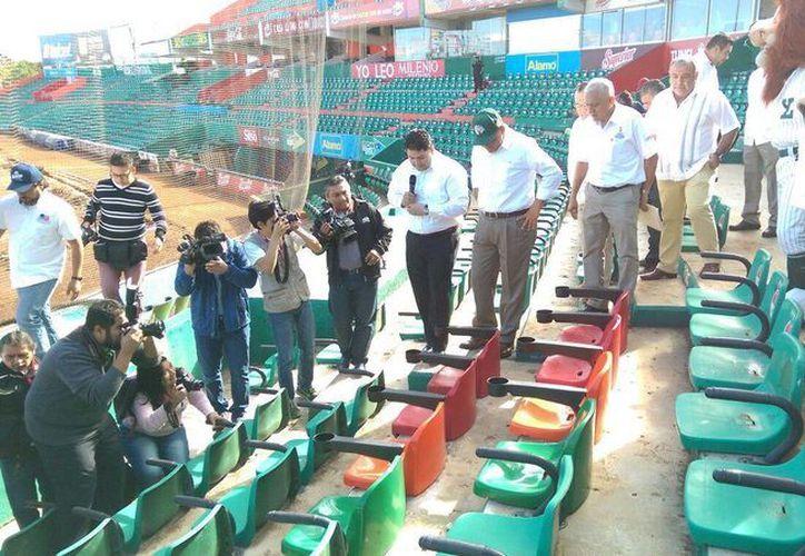 Rolando Zapata Bello inspeccionó las nuevas butacas para personas con capacidades diferentes que acudan a disfrutar el beisbol. (Marco Moreno/SIPSE)