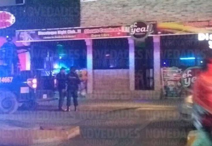 Testigos del lugar refieren que la agresión comenzó con una riña al interior del local sobre la avenida Yaxchilán. (Foto: Harold Alcocer/SIPSE)