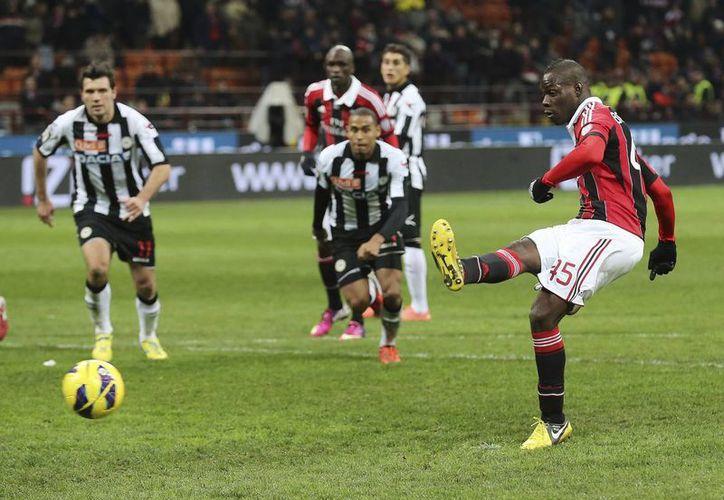 Balotelli al momento de anotar de penal contra el Udinese. Estuvo cerca de marcar un hat trick. (AP/Foto de archivo)
