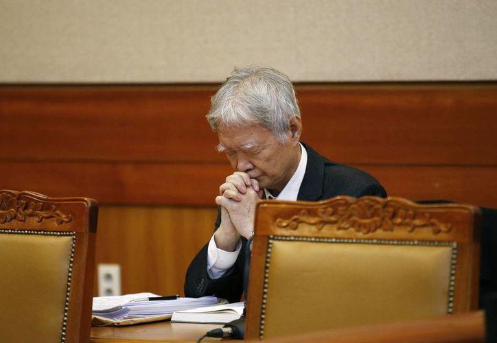 Un abogado de la presidenta surcoreana Park Geun-hye ora antes de los alegatos en la primera audiencia del juicio político a Parl en la Corte Constitucional en Seúl, Corea del Sur. (Kim Hong-Ji/Pool Photo vía AP)