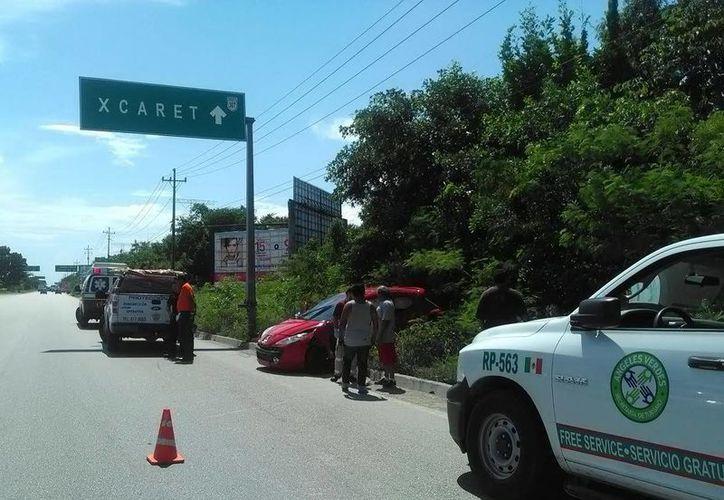 Un extranjero quedó prensado dentro del vehículo que conducía, tras ser chocado por un camión cerca de Xcalacoco. (Redacción/SIPSE)